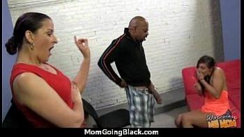 Мама с дочкой занимаются сексом